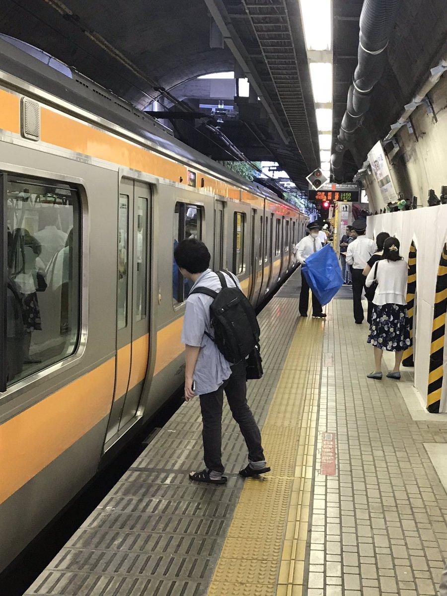 中央線の御茶ノ水駅で人身事故の現場画像
