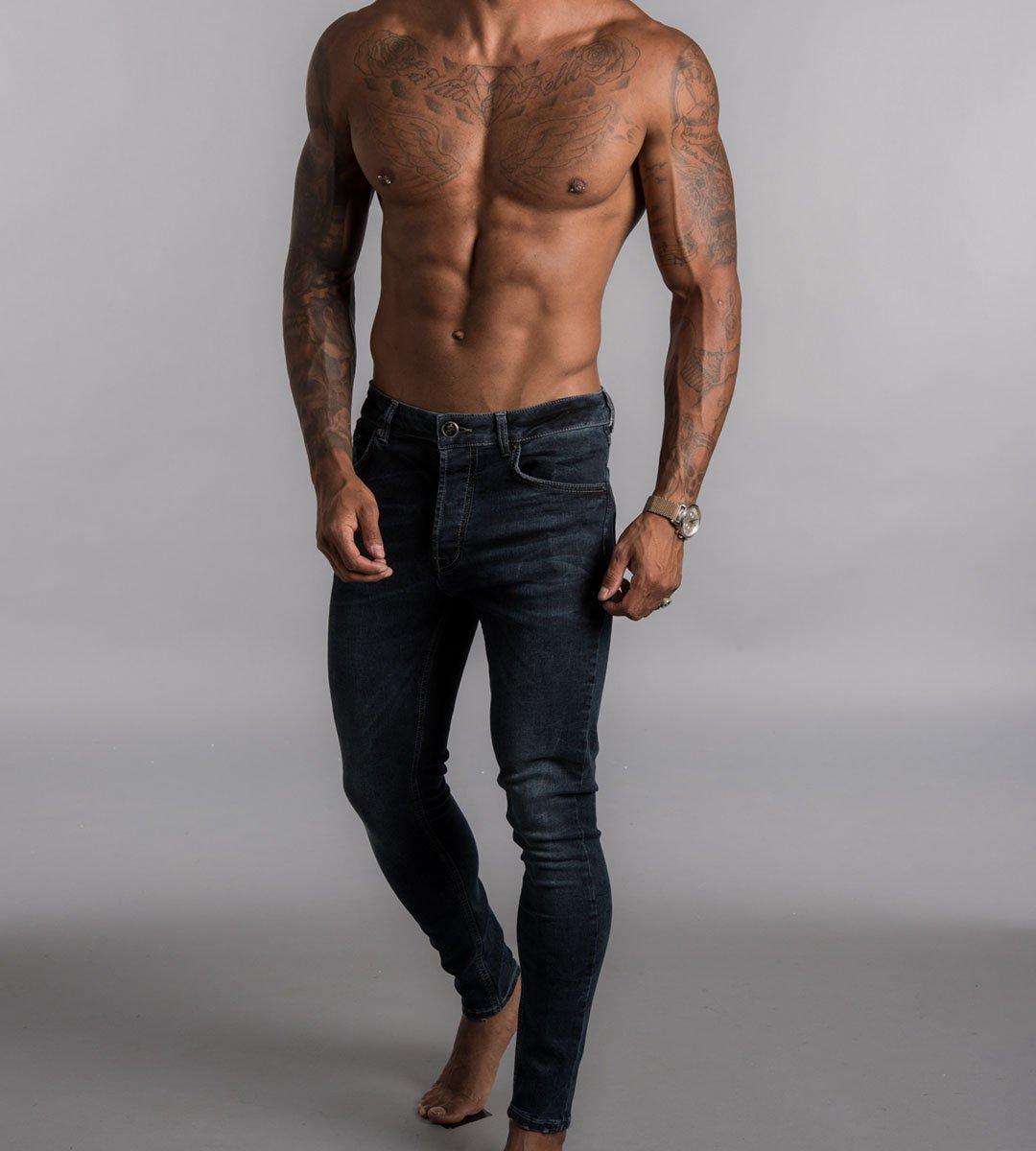 парень атлетического телосложения фото темно-красного