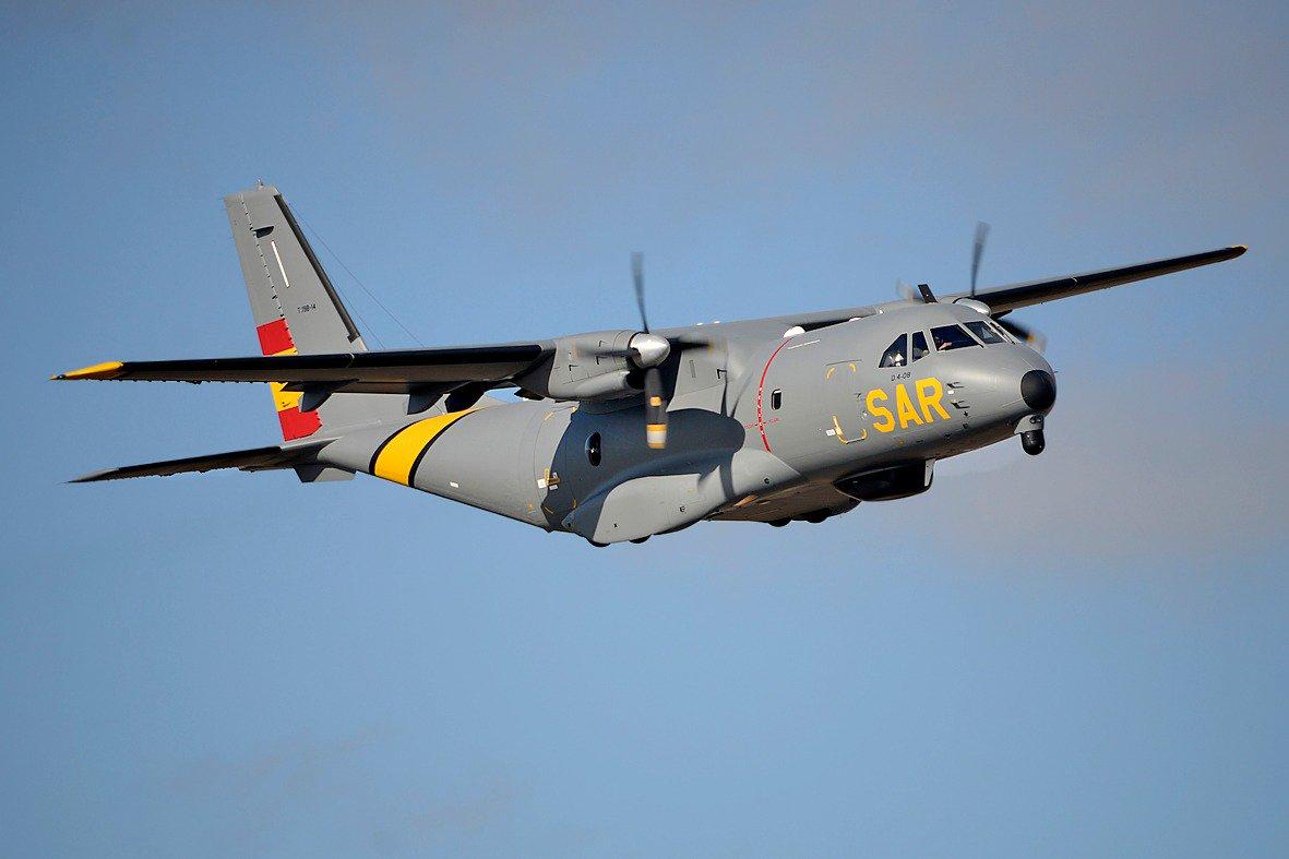 El Centro Coordinador de Salvamento Aéreo de Canarias (RCC Canarias) del @EjercitoAire a solicitud de @salvamentogob envia un avion #D4 #VIGMA #CN235 @AirbusDefence para buscar una patera que salió de El AAiun y navega con rumbo a #Canarias #SAR  #BAGando #Ala46