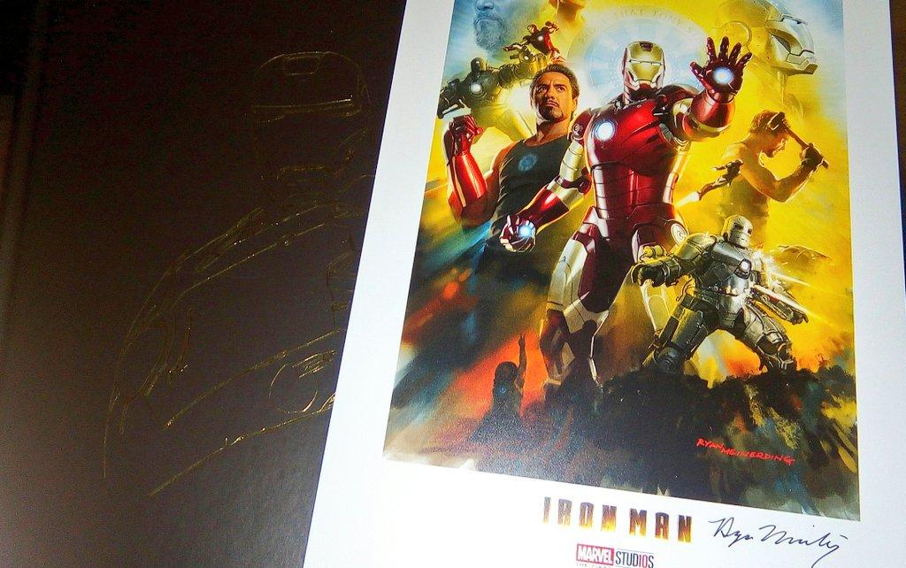 Pues el #ArtofIronMan edición décimo Aniversario trae una lámina firmada por uno de los principales artistas conceptuales del #MCU #Marvel #First10years ... Sorpresa ! ... Suprise a Nice Quality Print signed by Ryan Meinerding !