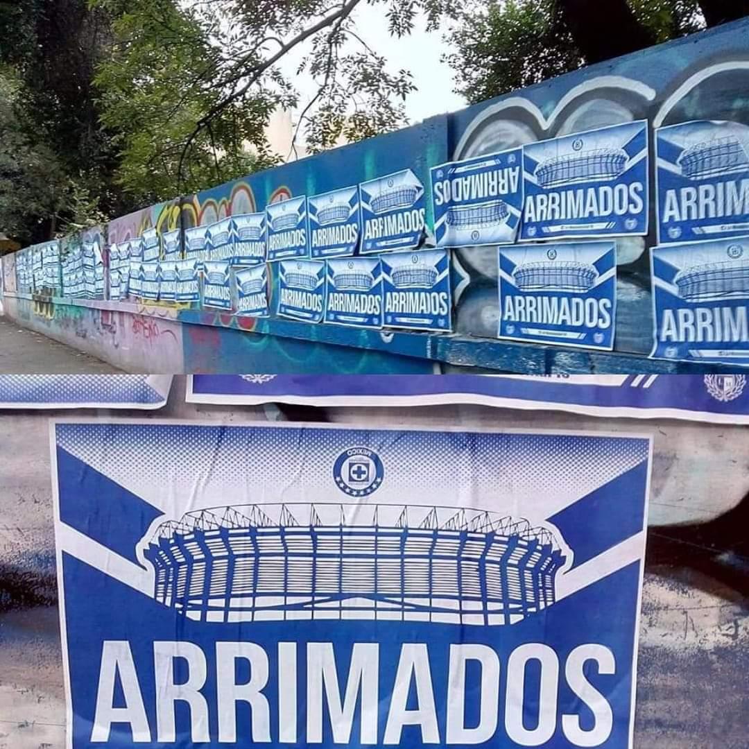 La Monumental ha colocado estos carteles en las inmediaciones del Estadio Azteca