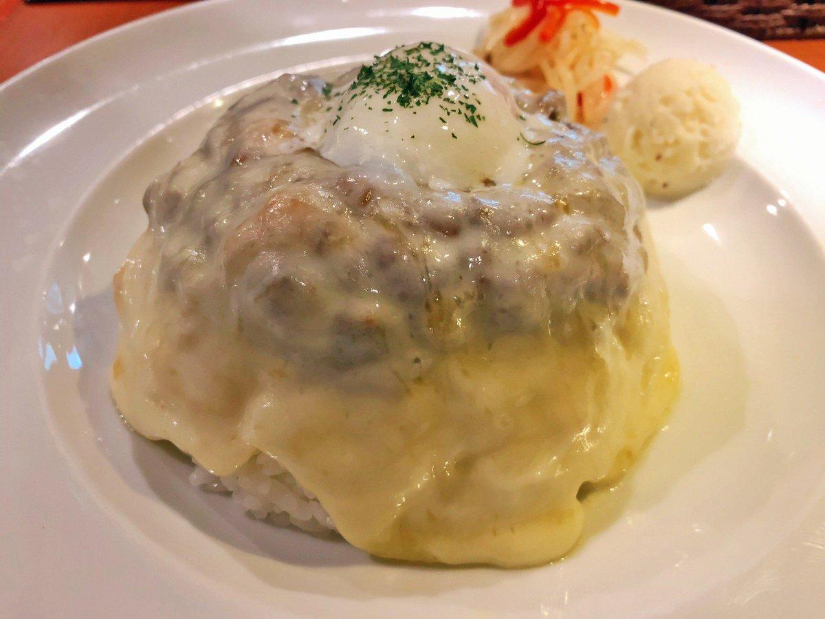 【CURRY HOUSE GOD】 @東京:吉祥寺駅から徒歩4分  全身チーズで覆われたカレー「とろけるチーズドライキーマ」を食べられるお店。 雪化粧をしているかのように濃厚なチーズに覆われており、中にはキーマカレーと卵黄が隠れています! スプーンでひとすくいするとチーズが伸びる姿がたまらない✨