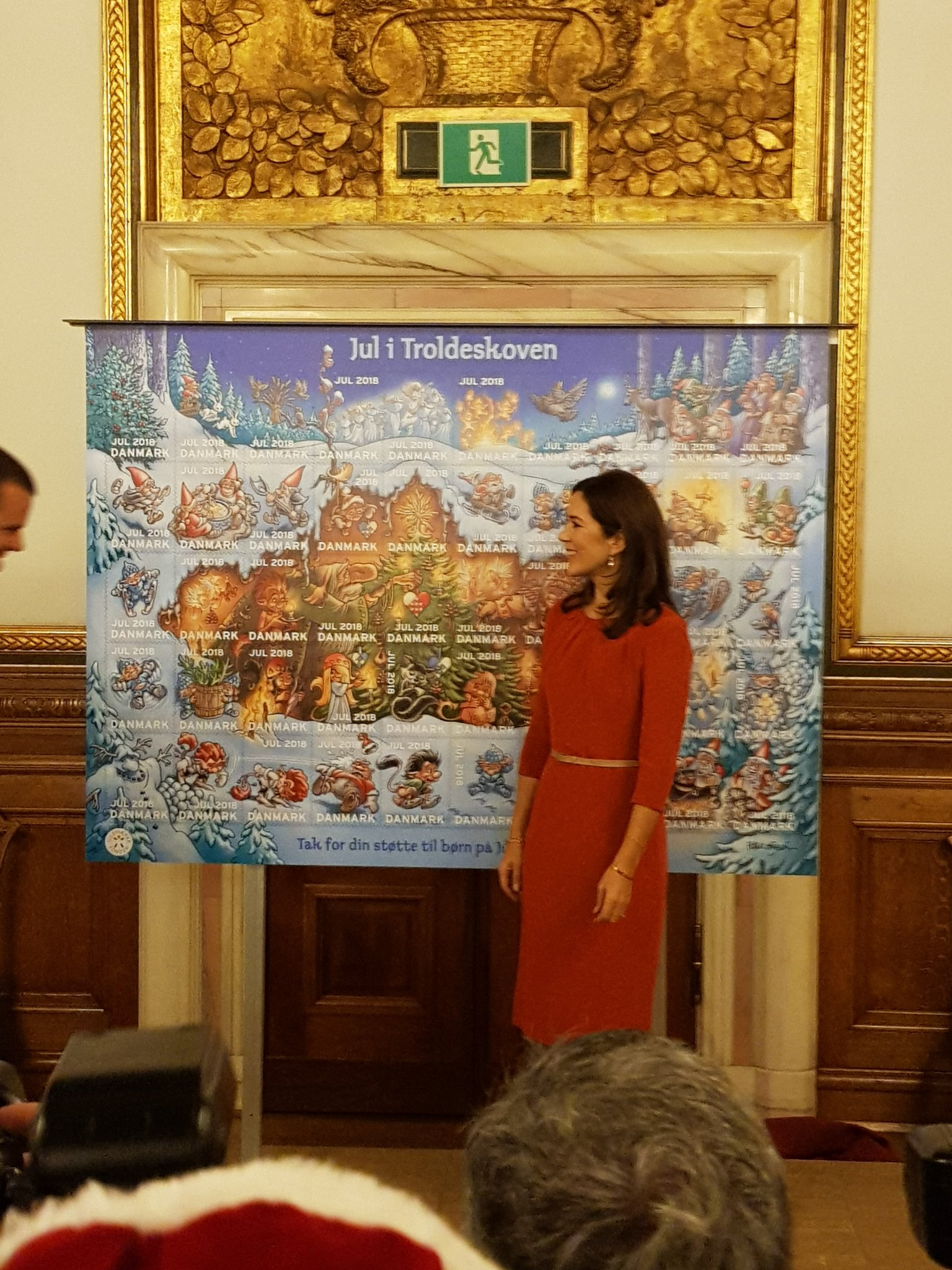 La princesa Mary presenta el sello de Navidad, 29 octubre. Dqq32dsXQAEP3-N