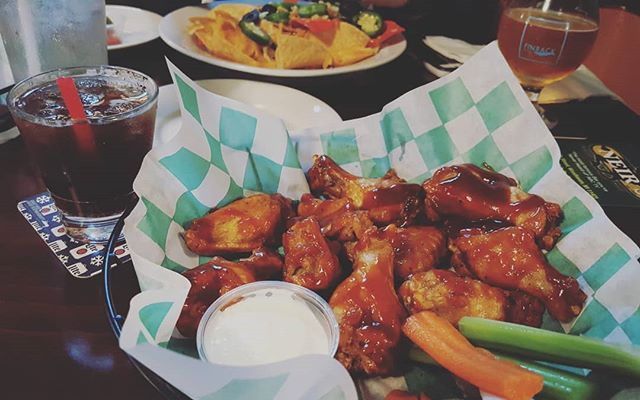 YES! It's Monday already! 50 CENT wings plus #nyknicks play at 7:30pm! EVERY MONDAY! #WINGS plus #NFL and #basketball games on the big screen! * * * Need this after a #Long week! #Neirs  #Celebrate #Yum #Whiskey #JimBeam #Wings #KrisN 📷: @kris.n_