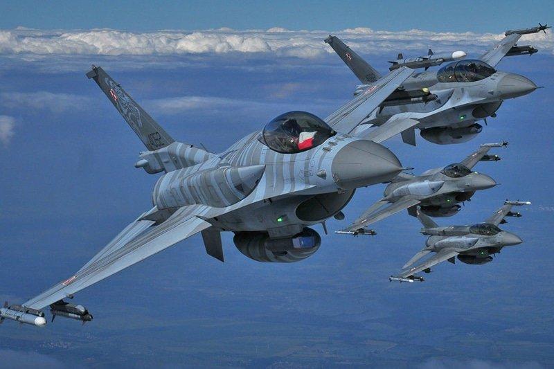 """Polscy piloci F-16 na """"Clear Sky"""" nad Ukrainą. Podczas ćwiczeń wykonywali  misje wsparcia i przechwytywania samolotów @DGeneralneRSZ http://www.polska-zbrojna.pl/home/articleshow/26741?t=-Czyste-niebo-nad-Ukraina…"""