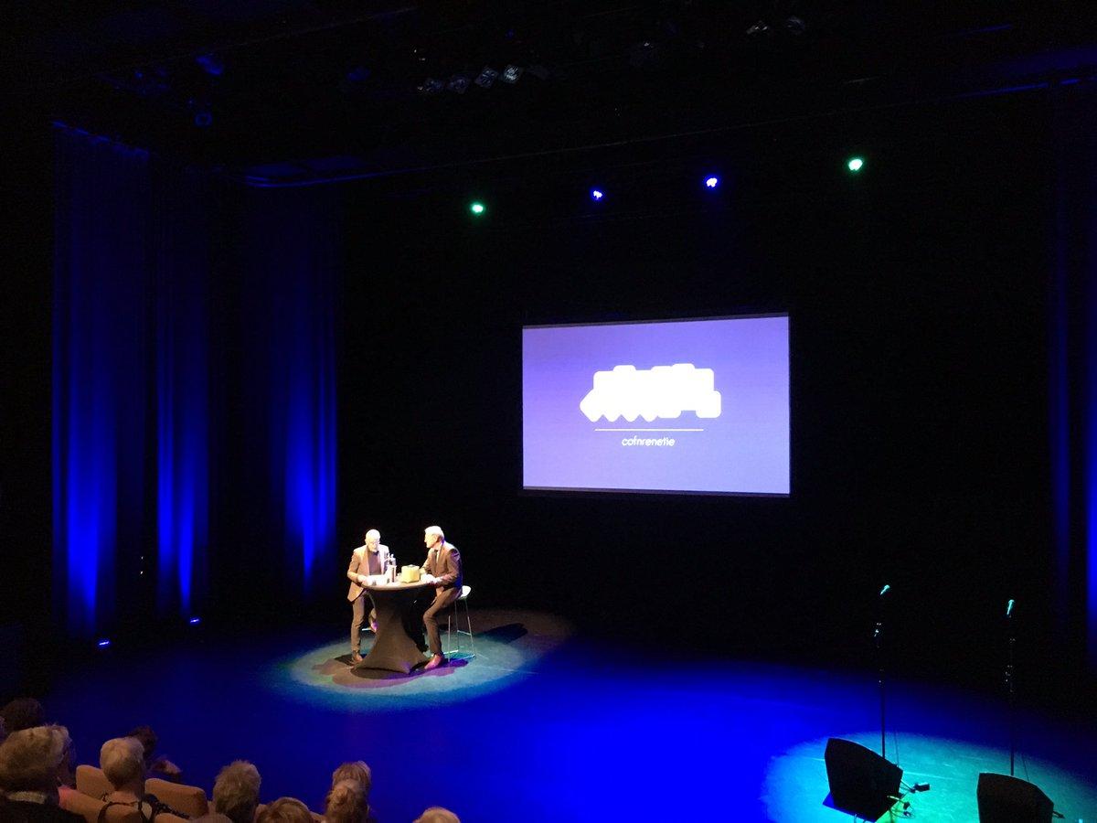 Lambert Zwiers in gesprek met Frits Spits tijdens de 'Abracataalbra-conferentie' over laaggeletterdheid en de belangrijke rol van werkgevers bij deze problematiek