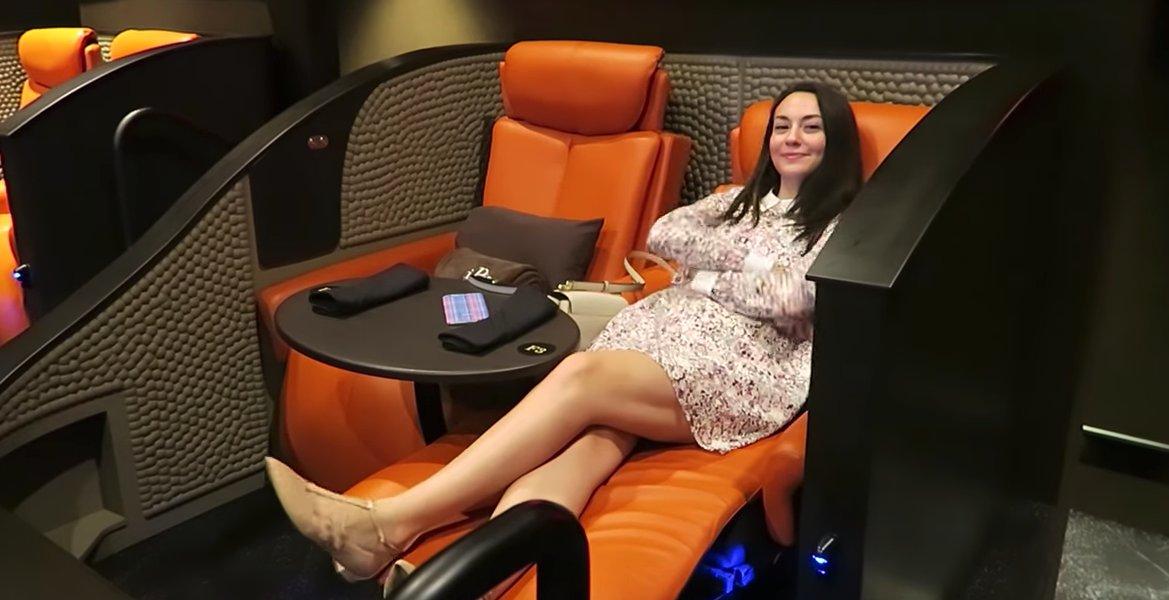 アメリカの高級映画館「Ipic Entertainment」すごい 普通の映画館は300座席ほどあるのに対し、40〜100席に絞る。 チケットは20ドル(平均の2倍)で、ワインやビールも飲める。 シートのボタンを押すとレストランに注文でき、席まで持ってきてくれる。 今後はサウジアラビアに進出予定。