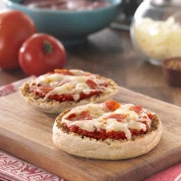 Quick easy lunchtime pizza recipe #LunchRecipes #EasyRecipes https://t.co/9MXzcIohVK https://t.co/4gRo8CLZFO