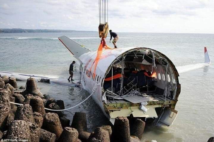 Авиакатастрофа в Индонезии. Пассажиры падающего Boeing сняли видео, что творилось в салоне лайнера за минуту до катастрофы