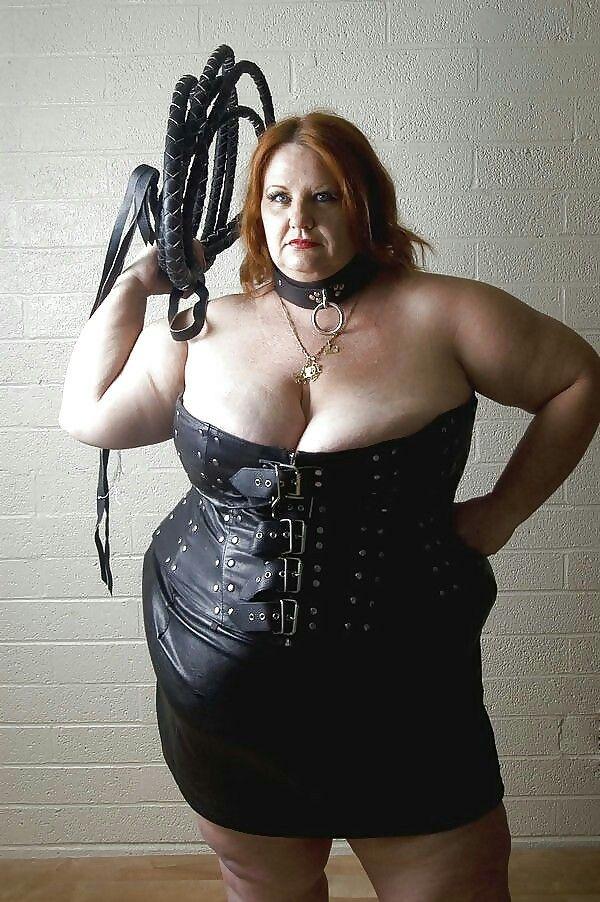 Госпожа довела раба до оргазма половину