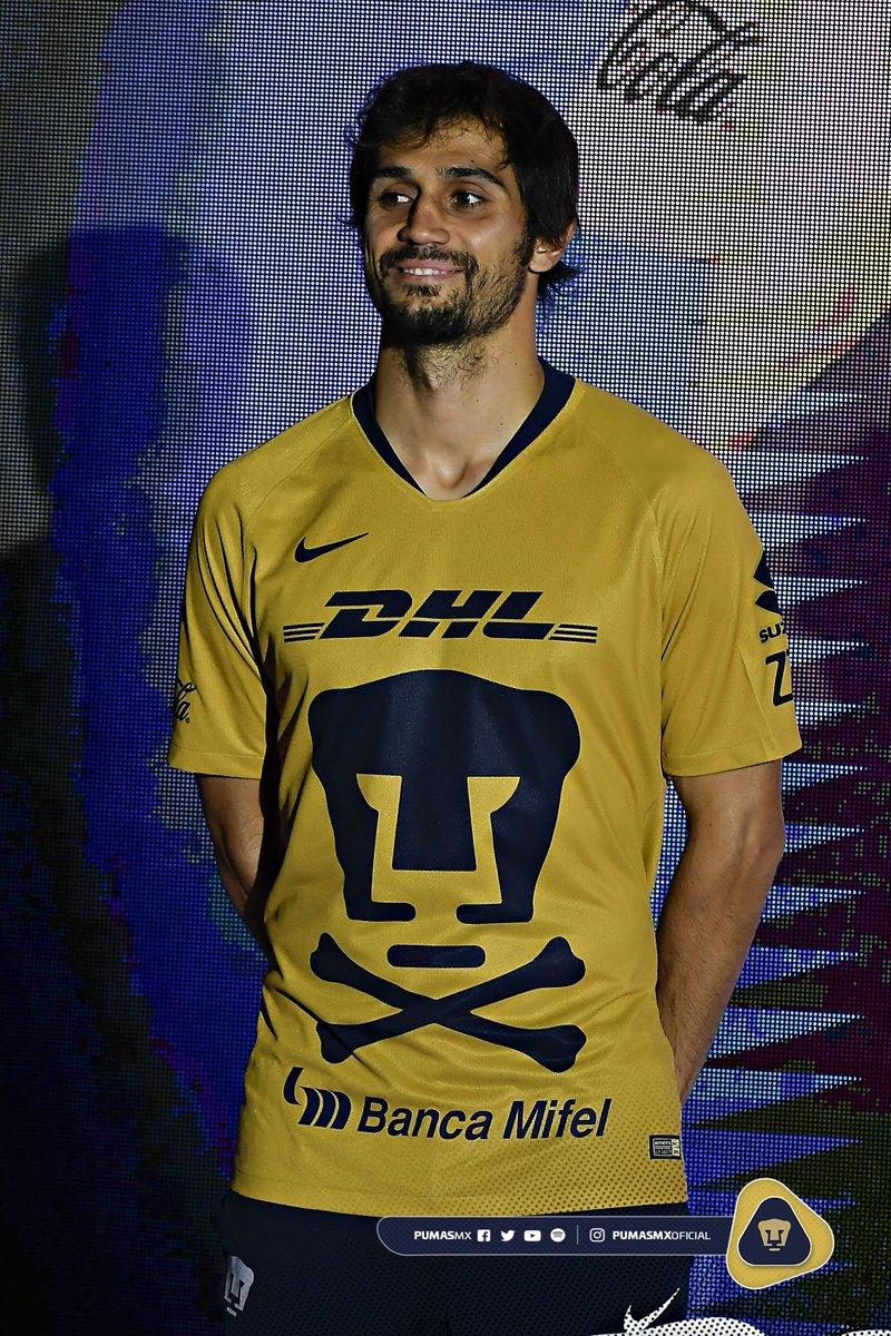 Alejandro Arribas con el nuevo jersey de Pumas