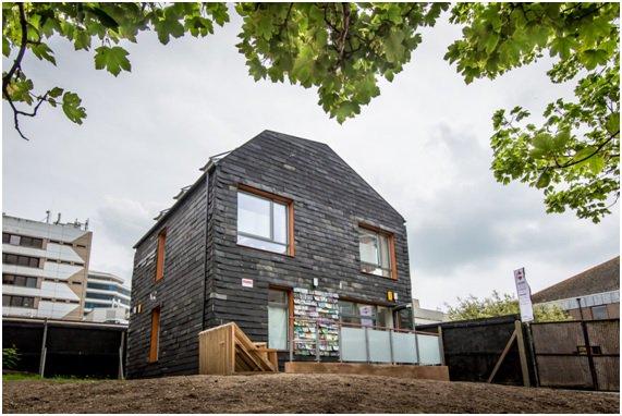 La #HomeWaste es un proyecto de #construcciónsostenible de la @uniofbrighton, se usaron más de 20000 cepillos de dientes, 4000 cajas de DVD, 2000 disquetes y 2000 alfombrillas de goma para construirla pic.twitter.com/uVbjqmWI6b