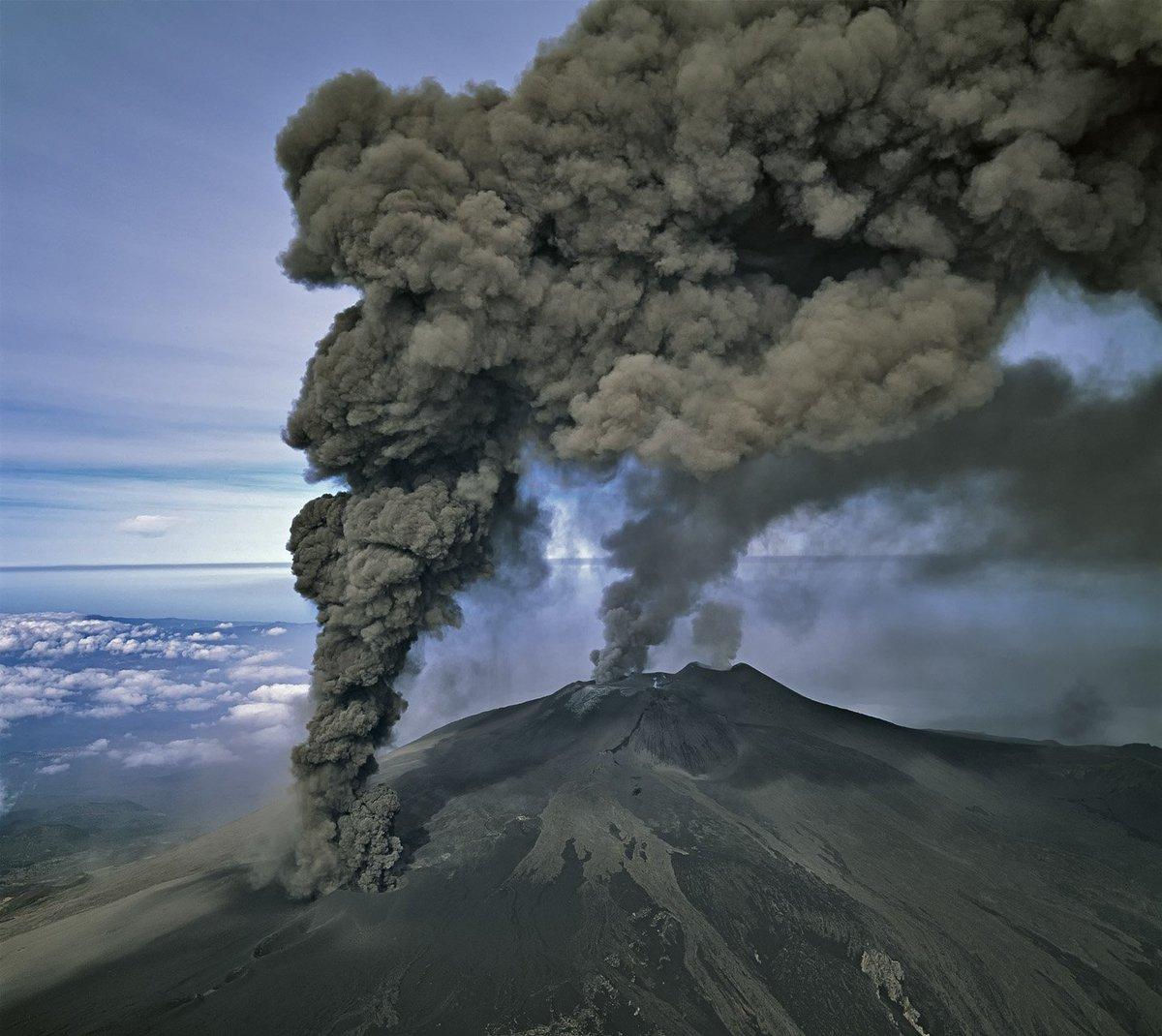 Картинки извержения вулкана черно белое
