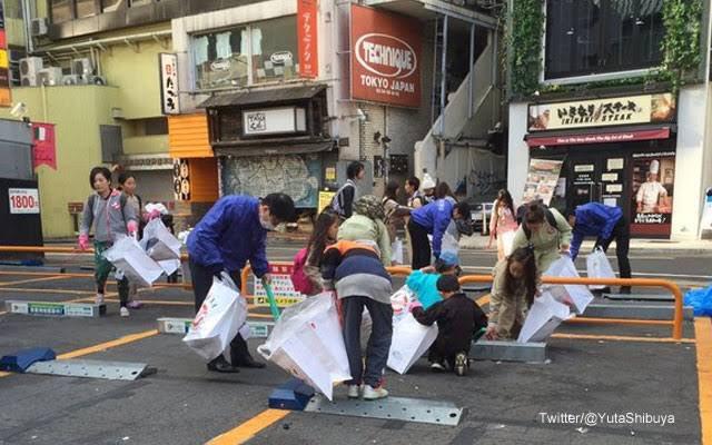 今年の渋谷ハロウィンは逮捕者続出したみたいですが、 毎年大人がゴミを散らかした街を次の日に近くの幼稚園や小学生が掃除するみたいです。  メディアは仮装する大人を報道するのではなく、ゴミ拾う子供達をもっと取り上げて欲しいです。  ハロウィンこうなったのは、メディアにも責任がある