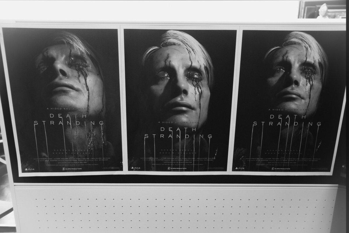 フォルダーを漁っていると、2年前のレアな写真が。TGA2016で発表したDSのポスター・レイアウトのラフ案の一部。壁に並べてどの方向で行くかを検討していた初期のもの。普通のスタジオでは外注丸投げですが、ポスターのコンセプトやレイアウト、コピーは自分で。印刷以外の制作もフィニッシュまで内作。