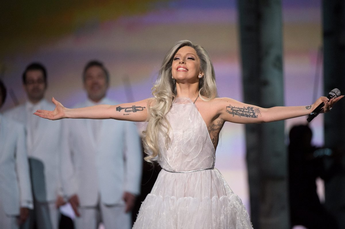 thinking about how lady gaga worked with a vocal coach for six months to prepare for this performance & sang entirely in the same range as julie andrews to honour the sound of music. #oscars