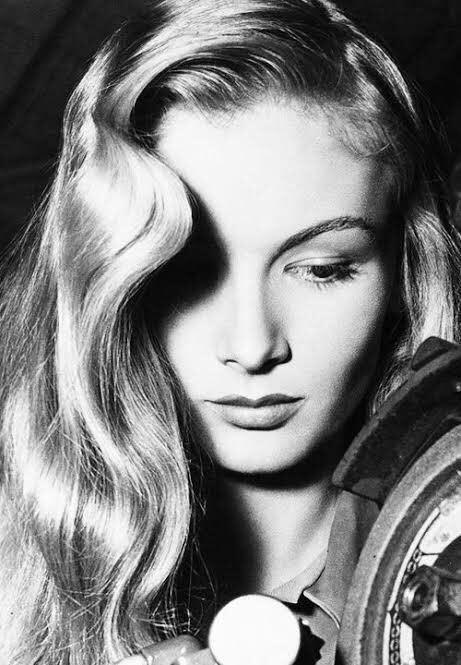 Every woman imitated #VeronicaLake 's hair style called half curtain / peekaboo. Many of those women worked at munitions factories during WW2 and the hair caused accidents a lot, so Veronica had to show her new style, tying her hair! <br>http://pic.twitter.com/WdPC5uHffD