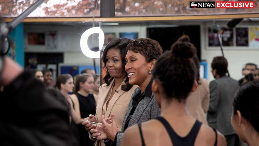 .@MichelleObama surprised a dance class at her former high school and it was amazing. abcn.ws/2OEOpnp