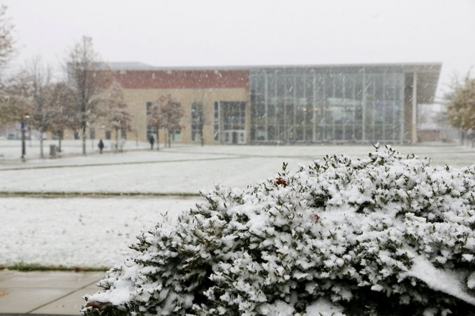 It's another VERY snowy afternoon on the UIS campus. Share your pictures with us by using #UISedu! Are you enjoying winter or do you miss fall? #ilwx #snow https://t.co/7CEvCUvrJJ