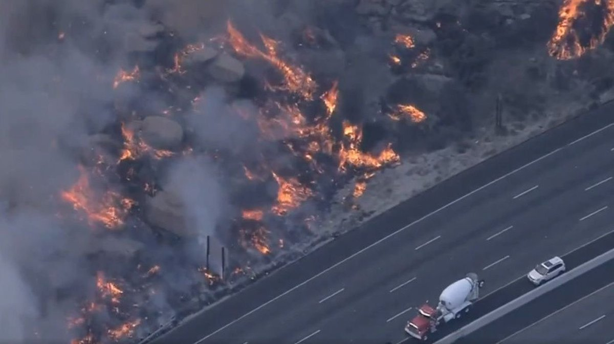 Brush fire erupts along freeway in Southern California https://t.co/4opzeOmSku