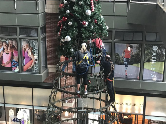 And I thought putting up our Christmas tree was hard. The one in River Park Square involves ropes and safety harnesses. They really need the Abominable Snowman for this job. Foto