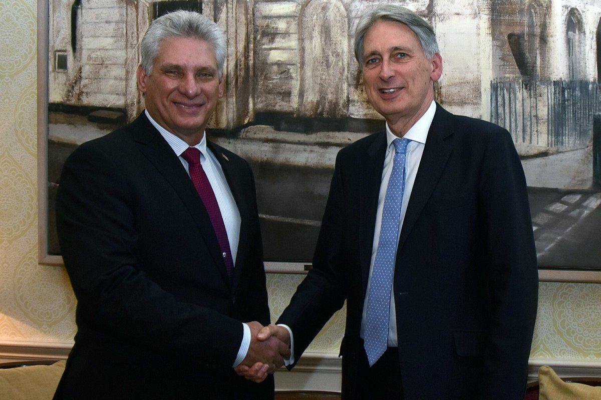 Mandatario cubano intercambia en Londres con Philip Hammond