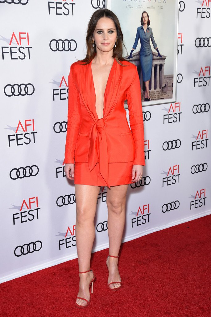 """Felicity Jones wore a #BrandonMaxwell Spring 2019 coral twill tie blazer and skirt to the AFI FEST 2018 opening night world premiere screening of """"On The Basis Of Sex"""". She accessorized with #AlighieriJewellery. https://www.instagram.com/p/BqGY4qGhDN0/pic.twitter.com/iNuOTnQXT1"""