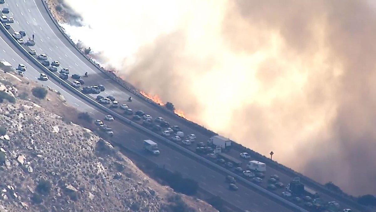 RT @Reuters_co_jp: 【動画】火の勢いが強く、今も鎮火のめどはたっていない。 https://t.co/ggqA7hUu1u