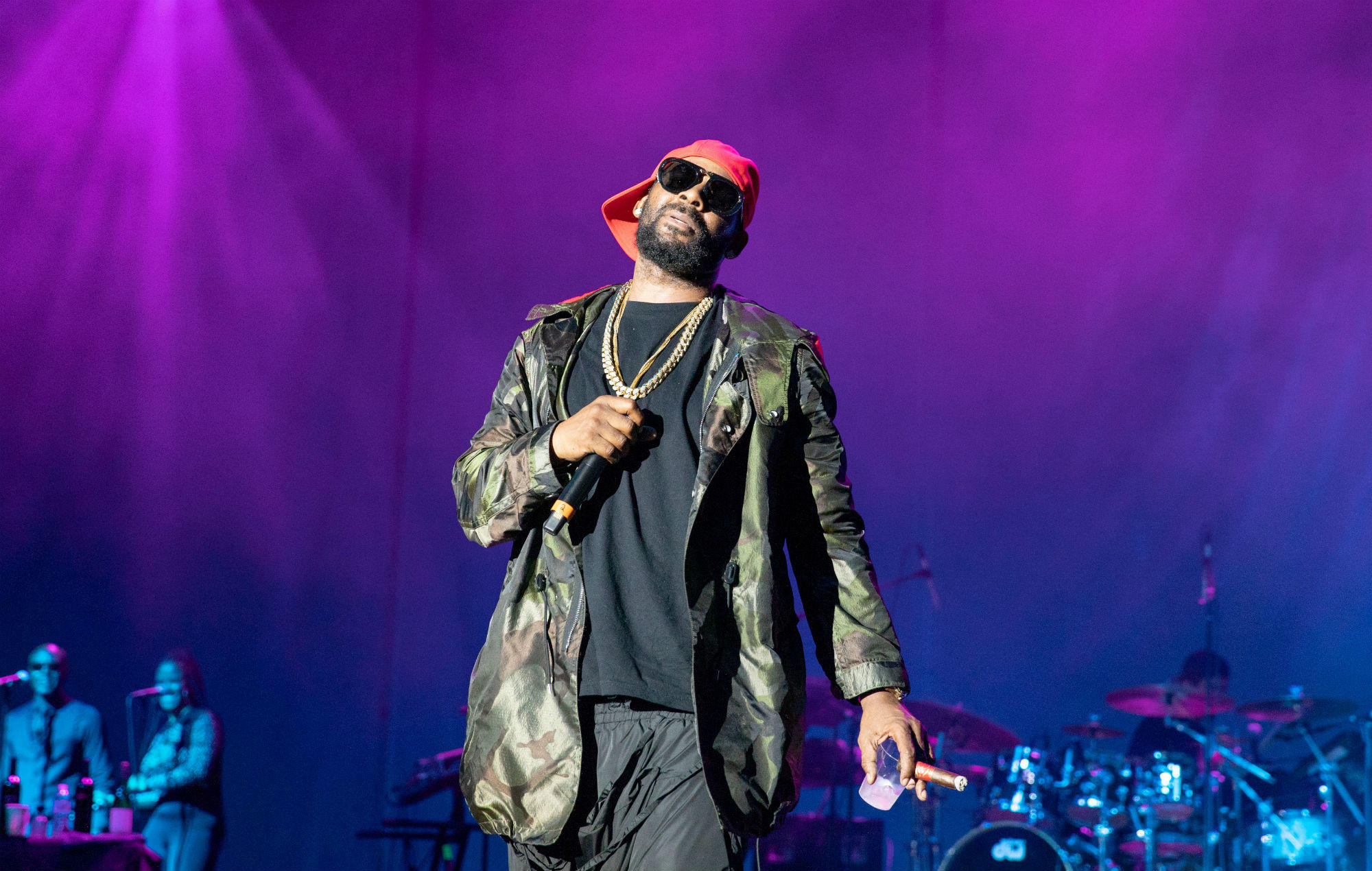 Footage shows R. Kelly letting fans towel him off and grab his crotch during Tampa show https://t.co/ZnW6akb5BH https://t.co/MBN87peD0B