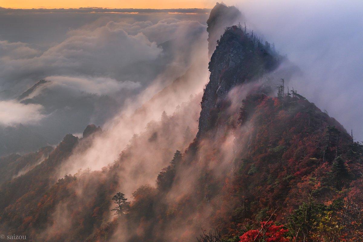 RT @saizou4: 『石鎚山の紅葉』  四国における山岳信仰の中心的な山として知られるんですが、そりゃあ神さまとして祀られるわと思いました。 神っしょ。これ。  #愛媛 #石鎚山 #紅葉 https://t.co/Mkh9LKcy0t