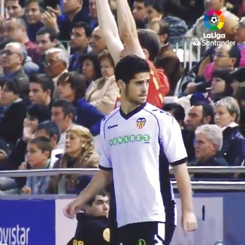 Hace 8 años, un joven malagueño hacía realidad el sueño de debutar con el @valenciacf en #LaLigaSantander. Su nombre era @isco_alarcon. Ya se decía de él que hacía magia con el balón. Pronto lo demostró... 🎩🔙  #LaLigaHistory