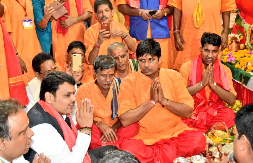 Performed #ChhatPuja with lakhs of devotees at Juhu, Mumbai this evening with MLA @ShelarAshish , @ravikishann and many leaders.