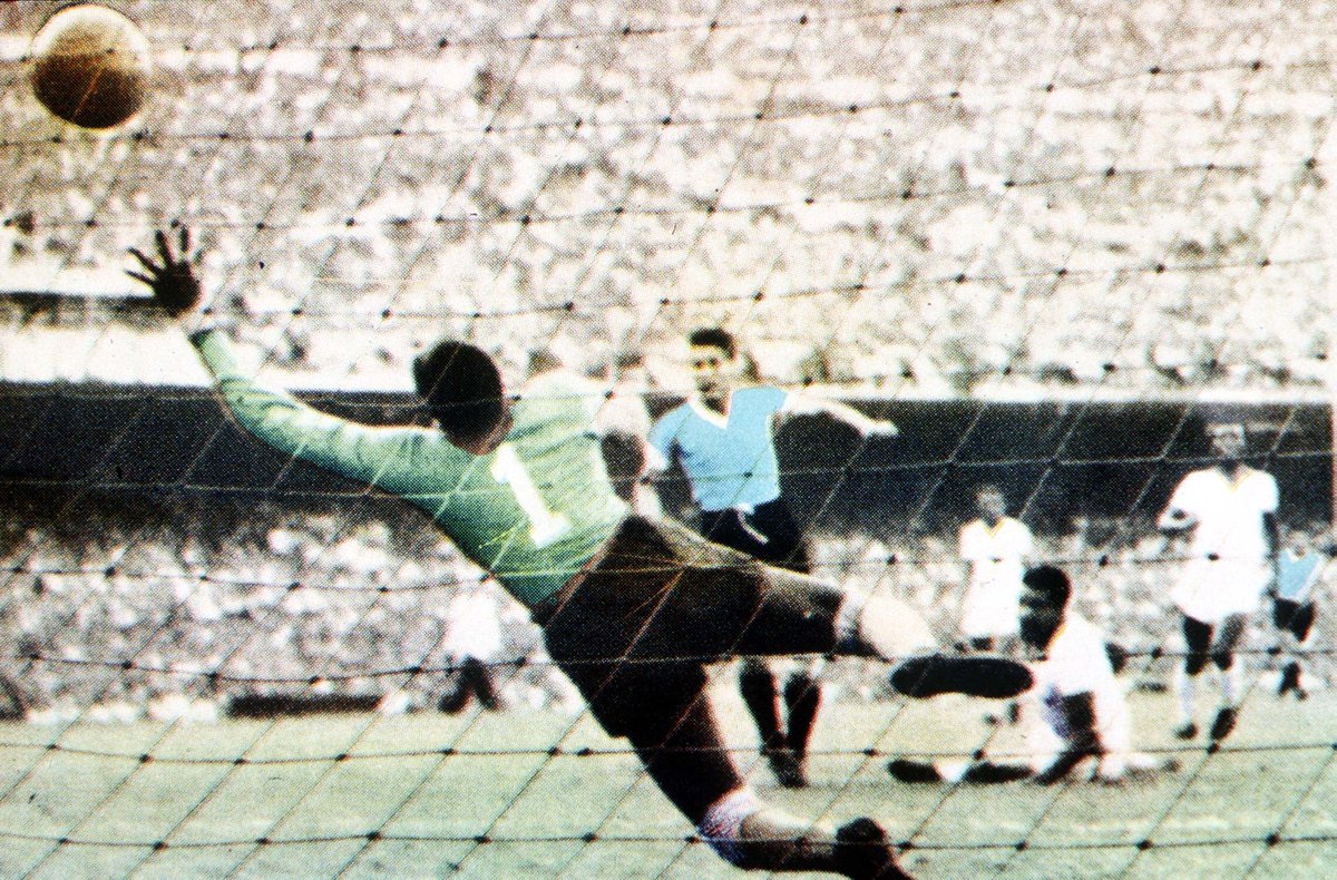 Not many goals have silenced 150,000 people but Juan Schiaffinos in the final match of the 1950 #WorldCup is one of them 👏 It sparked the comeback that saw 🇺🇾@Uruguay beat 🇧🇷Brazil 2-1 in Rios Maracana - their 2nd World Cup triumph. He passed away #onthisday in 2002.