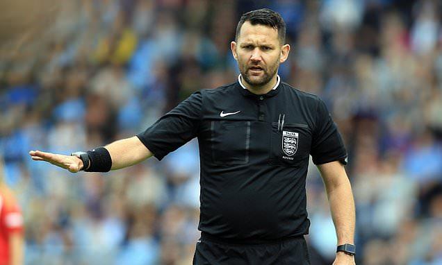 David McNamara a écopé d'une suspension de 21 jours pour avoir réalisé un pierre-feuille-ciseaux au lieu du traditionnel toss après avoir oublié sa pièce au vestiaire lors d'un match de Women Super League entre Manchester City et Reading. (Daily Mail)