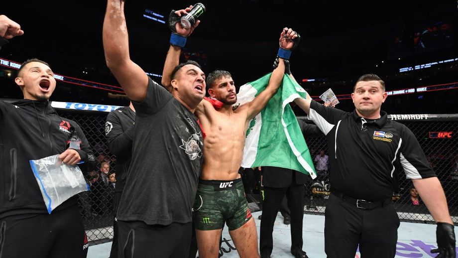 Yair Rodriguez had one of the UFCs all-time great knockouts this past weekend. How it came to be, in his own words: espn.com/mma/story/_/id… via @arielhelwani