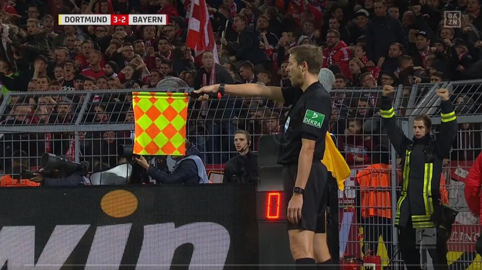 RT @der_andre09: Der Feuerwehrmann vorm Gästeblock 😂 #BVBfcb https://t.co/B2ChltPAsh