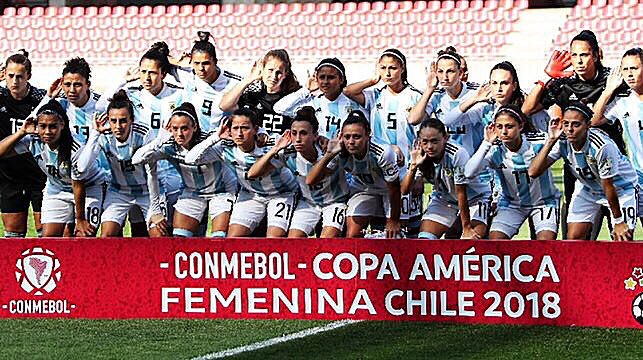 En abril, se hizo viral esta foto de de las chicas de la Selección, que pedían ser escuchadas por la AFA ya que no cobran un peso y son menospreciadas. Hoy, hicieron historia al clasificar a un Mundial tras 11 años. Vamos las pibas! 🇦🇷