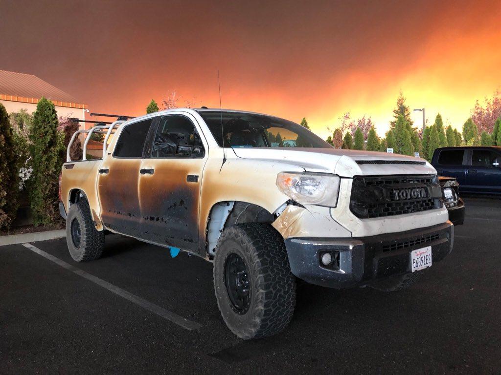カリフォルニアの山火事に遭遇した看護師が自身の愛車、タンドラで人命救助。焼け焦げた外板、溶け落ちた樹脂パーツが火災の壮絶さを物語ってます。USトヨタはこのニュースを知り、看護師に新車との交換を提示したとかやたらいい話。