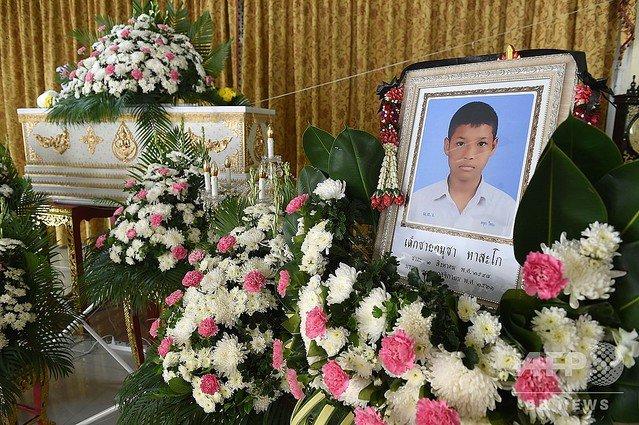 【審判に非難】13歳のムエタイ選手、試合中に頭連打され死亡 タイ https://t.co/9VvgNmj5c0  対戦相手もほぼ同じ年齢で「教育を受けるため自分で稼ぐ必要がある」という。国内では子どもの試合禁止を求める声が再燃。 https://t.co/Vmg7EVsNjF