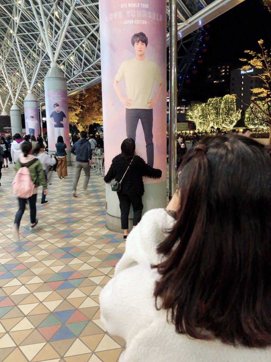 BTSのライブ観に来たぞ!ファン達が抱きついて写真撮ってたから俺も抱きついた