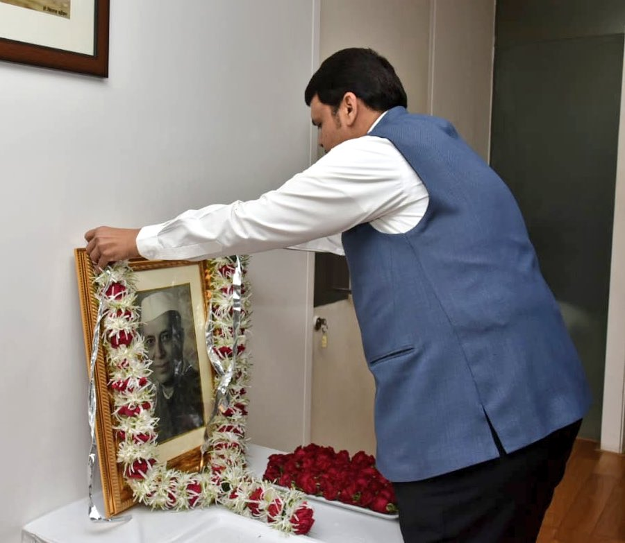CM @Dev_Fadnavis paid floral tributes to former PM Pandit Jawaharlal Nehru on his birth anniversary, in Mumbai this morning.