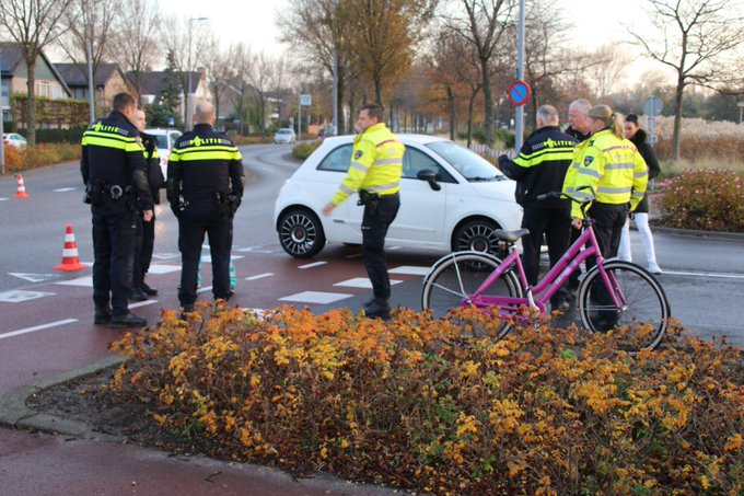 Ongeluk auto/fietsster aan de Dirk vd Burgweg /Harwichweg in Hoek van Holland, fietsster in ambulance. https://t.co/ZT2Tad1liU