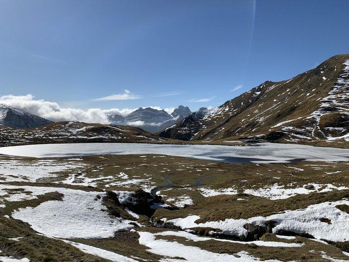 Las orientaciones Norte guardando la nieve pero mínimo espesor. La nieve funde, el hielo del ibón resiste...