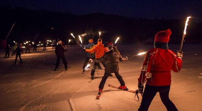 🎉 Fiesta 15 aniversario Esquiades y Port Ainé @SkiPallars  Más info:  https://t.co/ge2Ui3fvlE  Habrá actividades extra en pistas: conciertos, música, bajada de antorchas, slalom, chocolatada, fuegos artificiales, degustaciones y mucho más ⛷