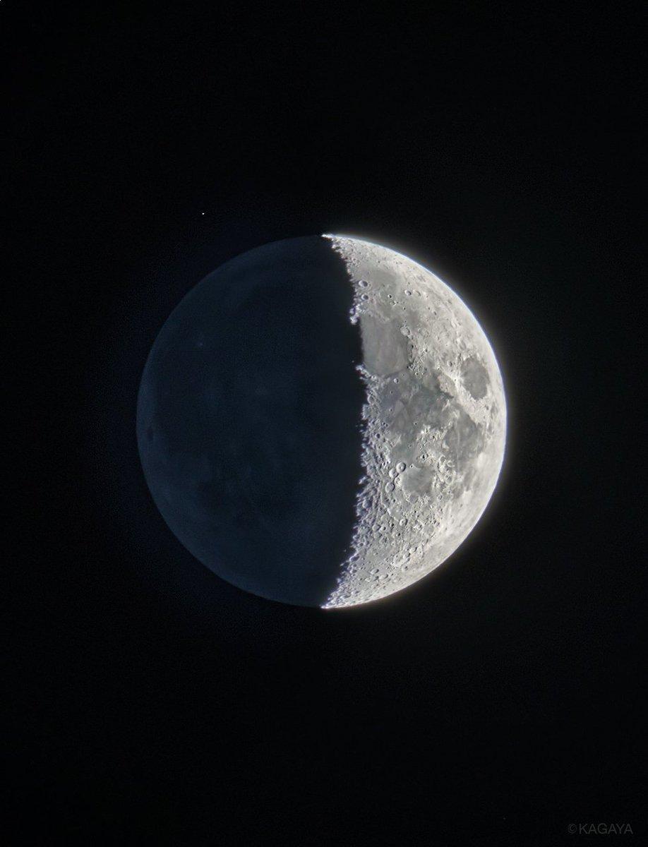 空をご覧ください。南西に上弦前の月が見えています。写真は先ほど望遠鏡を使って撮影したものです。今日もお疲れさまでした。明日もおだやかな1日になりますように。