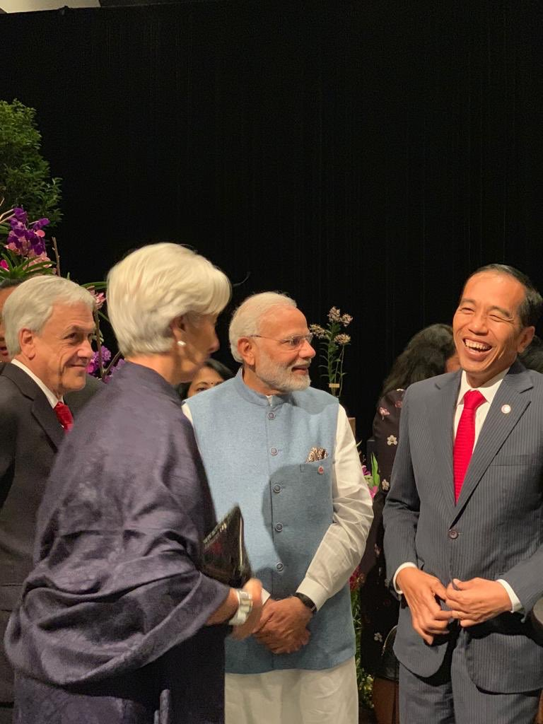 PM @narendramodi interacts with various world leaders at the dinner hosted by the Prime Minister of Singapore, Mr. @leehsienloong.