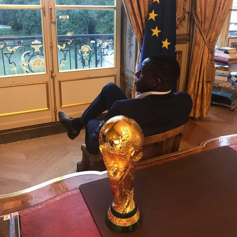 - Monsieur Mendy, le président Macron vient d'appeler. Il m'a demandé de vous dire que 'y'a drah'. - Donald Trump ? Je m'en occupe.