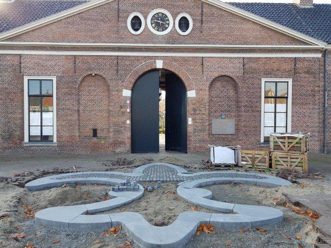 Honselersdijk Hofstraat.  De Nederhof krijgt op dit moment een prachtige sierbestrating voor de poort. https://t.co/jgw4abRdjS
