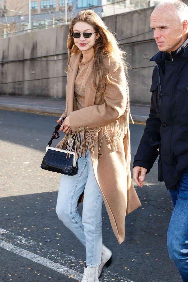 ef5c4cf06e3b43 Gigi Hadid Wearing American Eagle Mom Jeans - https://denimology.com/