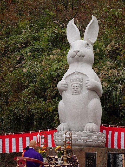 """【強い…】高さ6mの""""ウサギ観音""""建立、住職「佐渡観光の目玉に」発光ダイオードが仕込まれ、暗くなると目が光る。「レーザー光を発射する予定だったが、法令上の問題から断念した」そう。"""